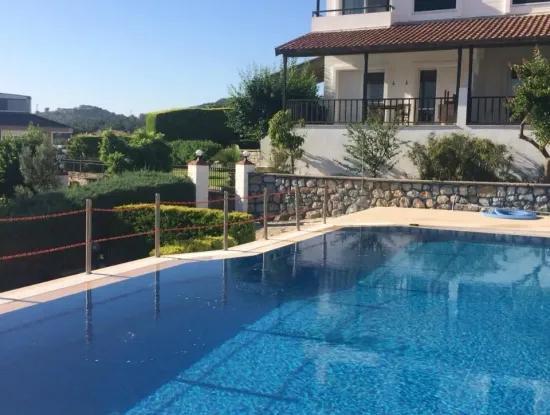 Çeşme'de Havuzlu Sitede Aylık Kiralık Eşyalı Villa