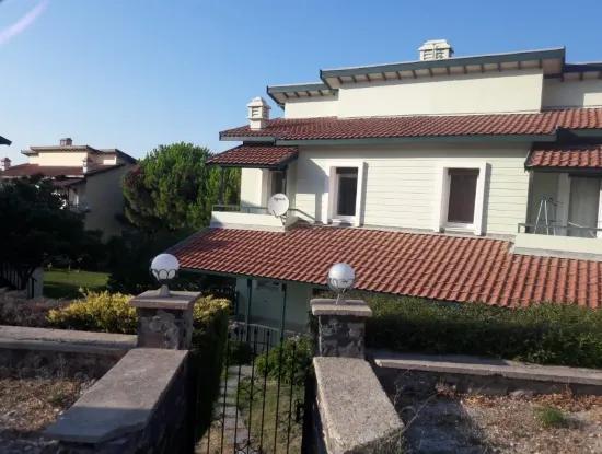 Çeşme'de Havuzlu Sitede Satılık 5+1 Villa