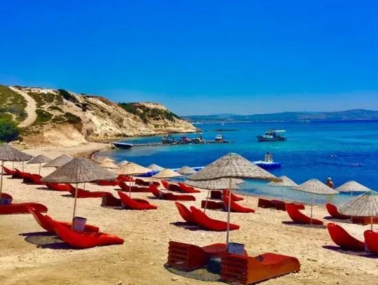 Çeşme'de Denize Sıfır Sitede Satılık Yazlık