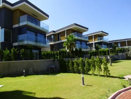 Çeşme'de Müstakil Havuzlu Deniz Manzaralı Villa