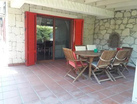 Alaçatı'da Satılık Havuzlu Villa