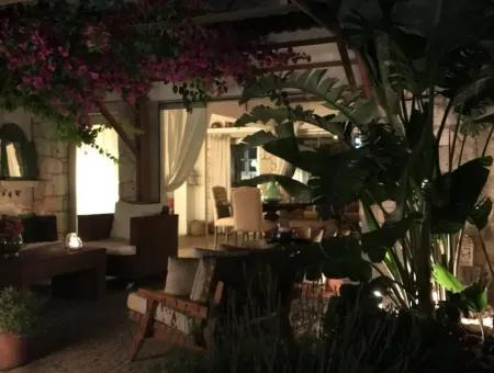Alaçatı'Da Havuzlu Site İçerisinde 4+1 Villa