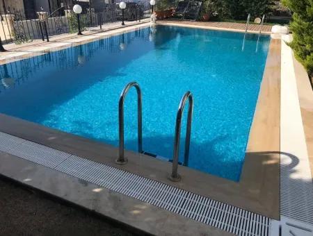Çeşme'De Deniz Manzaralı Havuzlu Satılık 4+2 Triplex Villa
