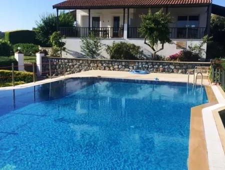 Çeşme'de Satılık 4+1 Havuzlu Deniz Görür Villa