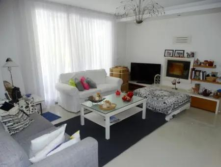 Alaçatı'da Satılık Havuzlu Müstakil Villa