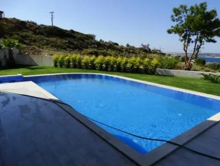 Çeşme'de Müstakil Havuzlu Full Deniz Manzaralı Villa