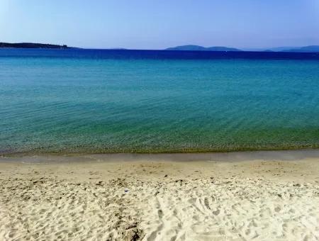 Çeşme Boyalık'ta Denize Sıfır Sitede Satılık 2+1 Daire Hissesi